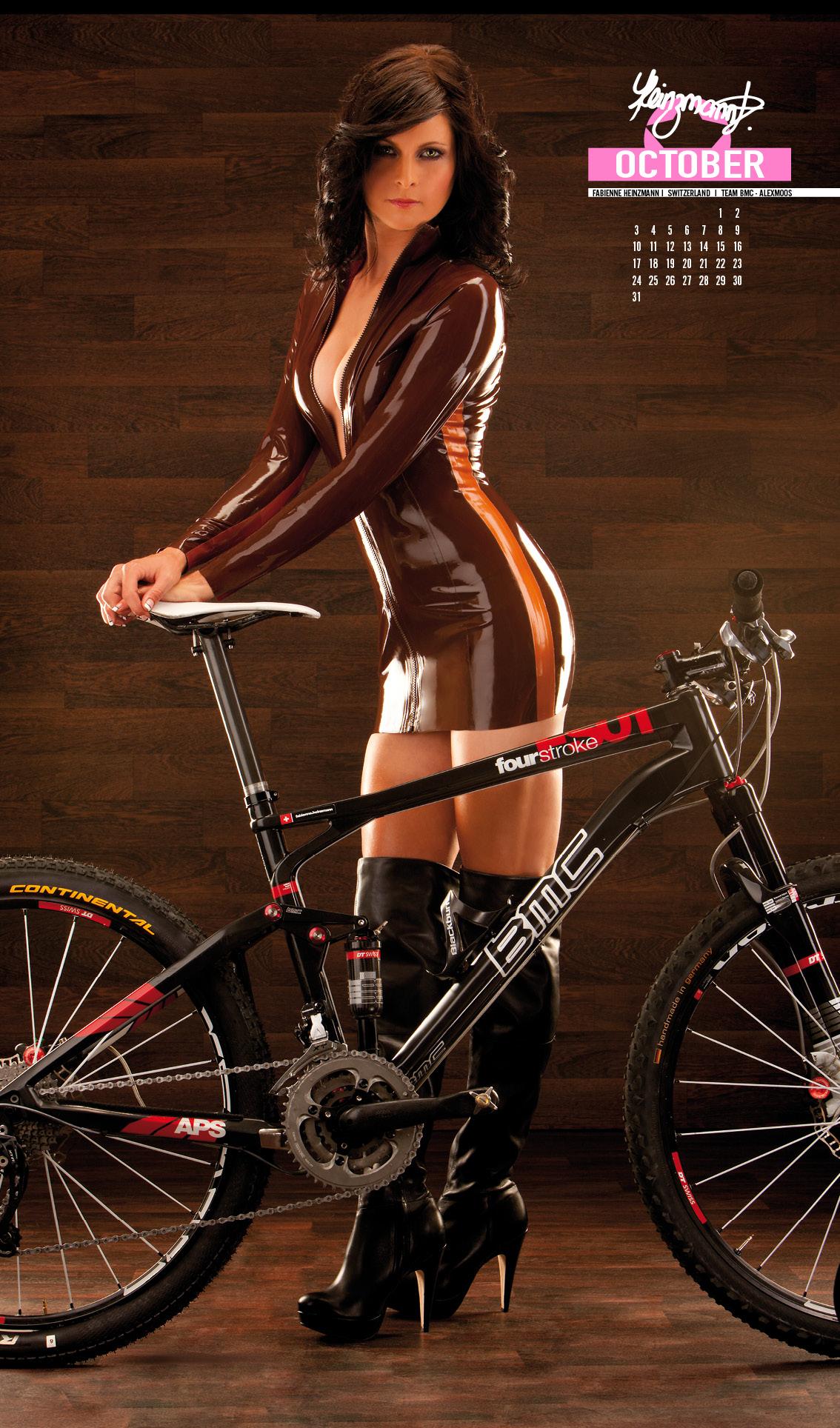 На велосипеде голая видео